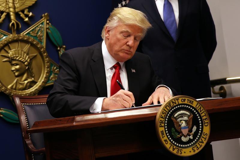Trump Ký Luật Chi Tiêu Chính Phủ Với Gói Kích Thích 892 Tỷ USD